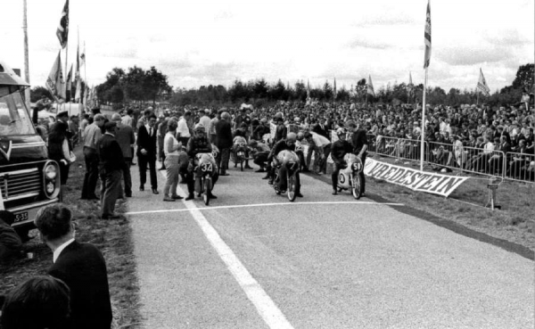 start of the 50cc race in 1967 with j zoombelt 34 h van beek 7 en l foekema 58-900 20140210 1623719604